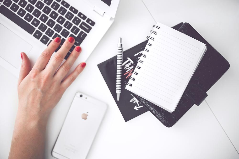 woman-hand-smartphone-desk2
