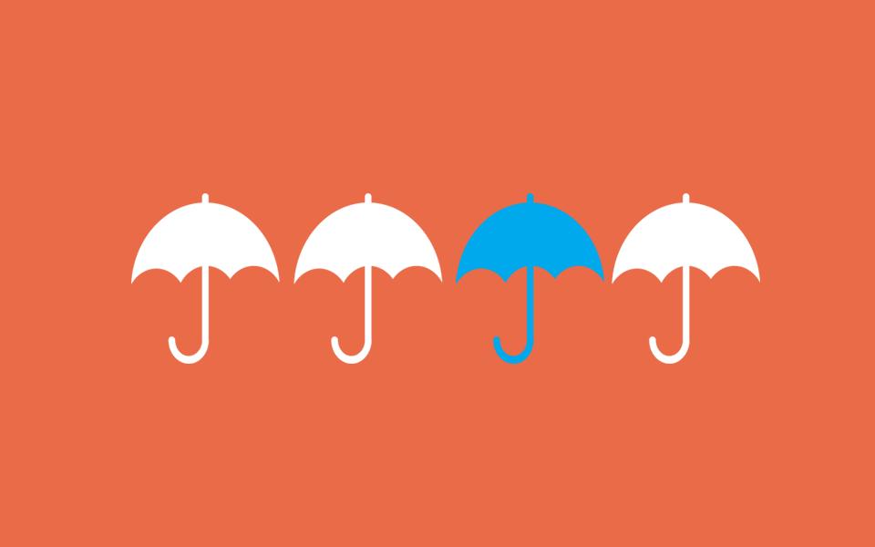 3 vita paraplyer och ett vitt som illustrerar hur viktigt det är att din webbutik sticker ut från mängden, för att kunna öka din försäljning.