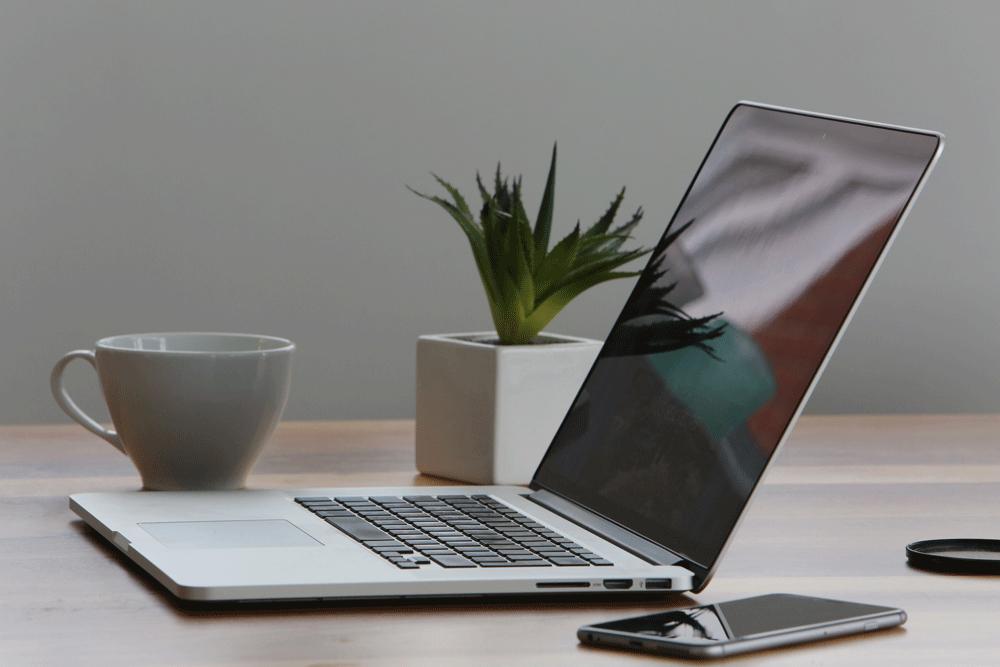 Kaffekopp, laptop, mobiltelefon - nästan allt du behöver för att skriva inlägg till din företagsblogg. Här är 5 skrivtips till dig som företagsbloggar.