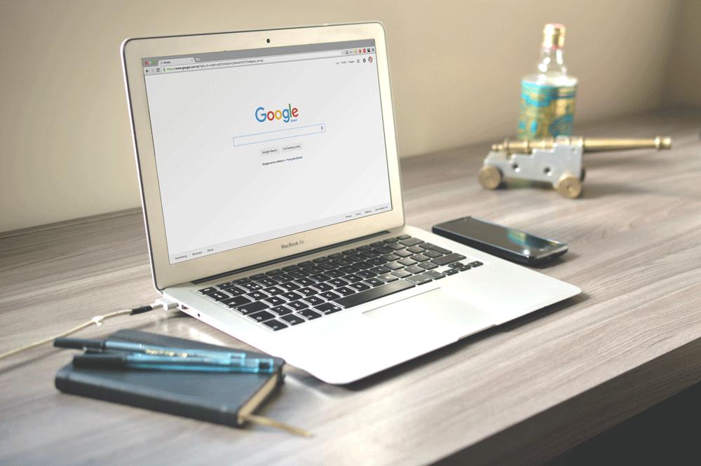 Laptop med sökrutan för Google uppe som illustrerar sökmotoroptimering, där Google spelar en stor roll.