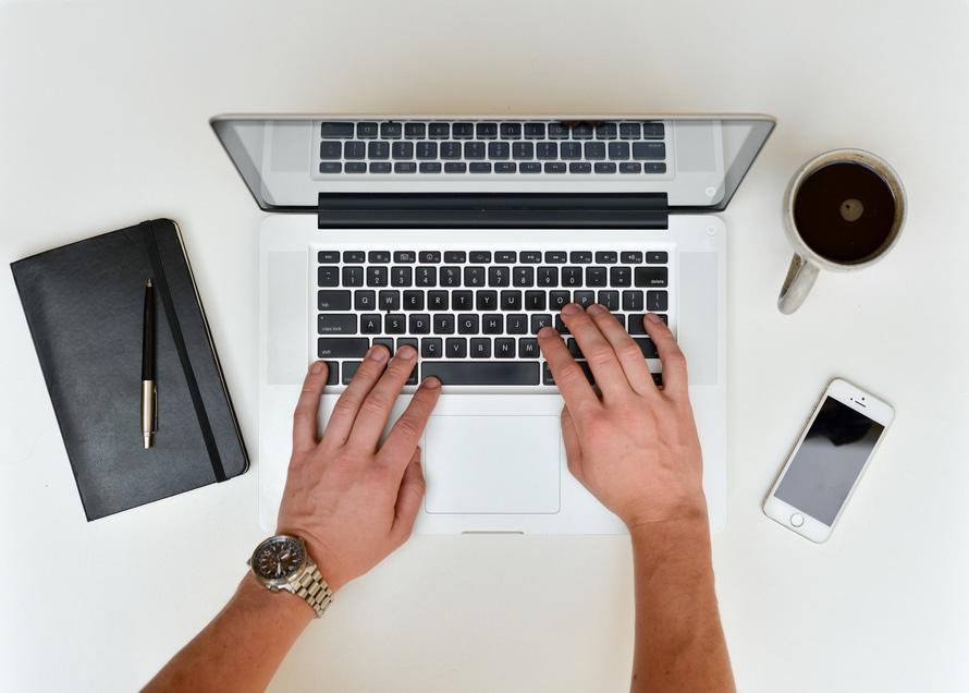 Man som kollar sin mail på en laptop.