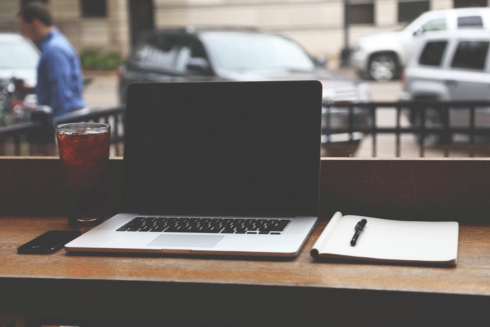 Laptop och skrivblock där arbete pågår med att slå hål på alla myter om att starta e-handel