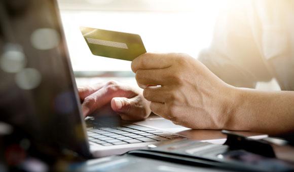 Man som valt att spara kortuppgifter och betala med ett klick hos Loopia
