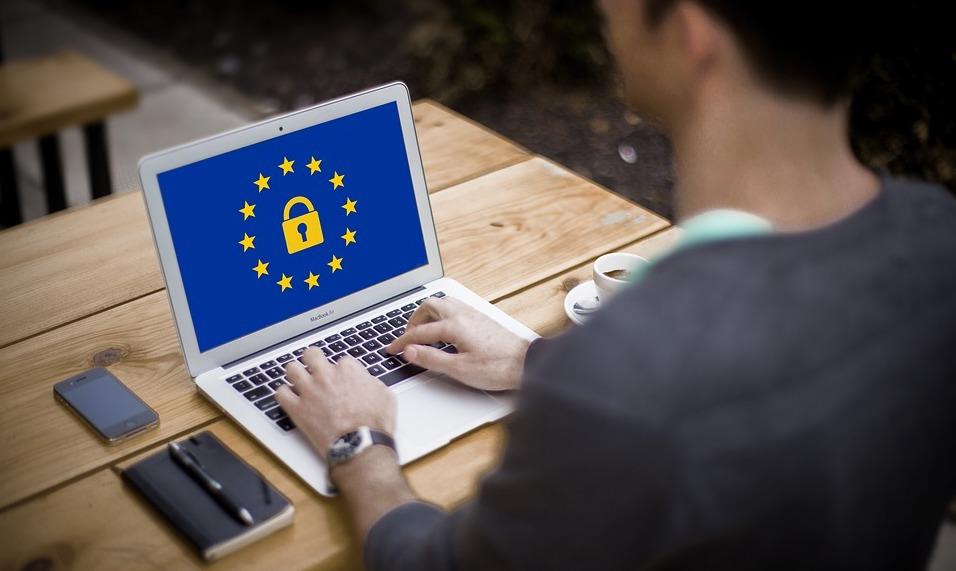 Man som söker på sin laptop om hur han ska förbereda företaget för den nya dataskyddsförordningen