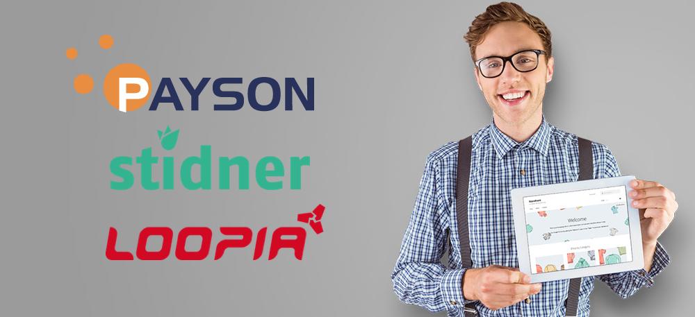 Man i glasögon som är väldigt nöjd med sin webshop i WooCommerce där han använder Loopias kassalösning