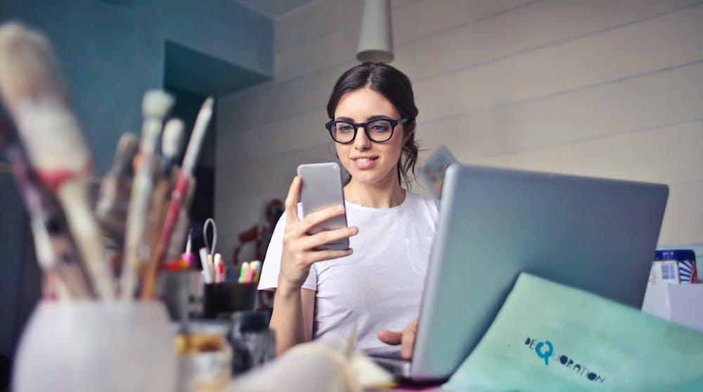 Google indexerar mobilsidor först. Kvinnan på bilden använder mobilen för att söka på Google.