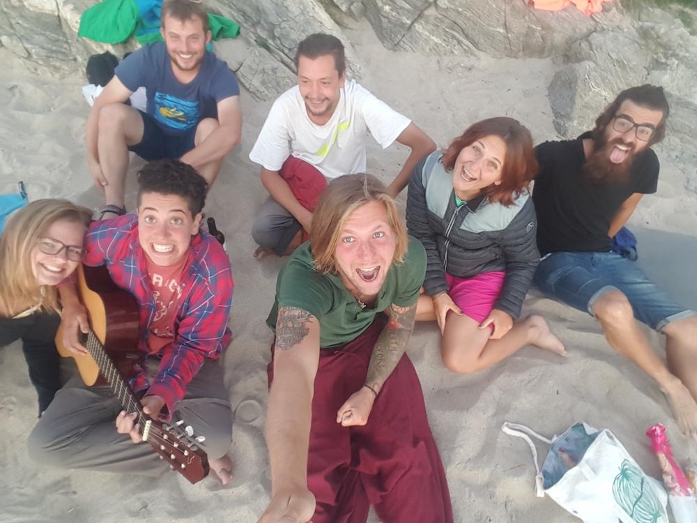 """Viktors """"familj"""" som han kom nära under sin vandring, sittandes på Hippy beach i Fisterra."""