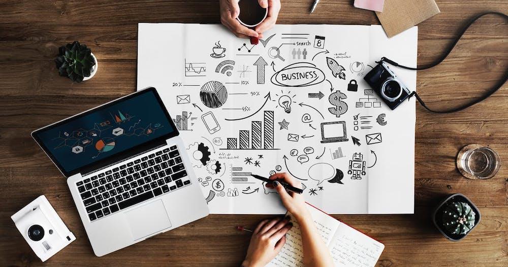 Två personer bollar idéer om ett bra företagsnamn